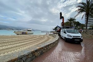 Image Calvià Town Hall remove the boat stranded on beach